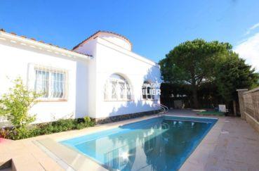 immobilier rosas : villa secteur résidentiel façade villa avec piscine exposition sud