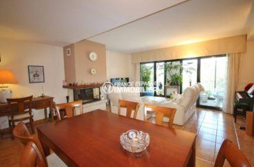 la costa brava: villa atypique 278 m², vue salon / salle à manger accès terrasse véranda