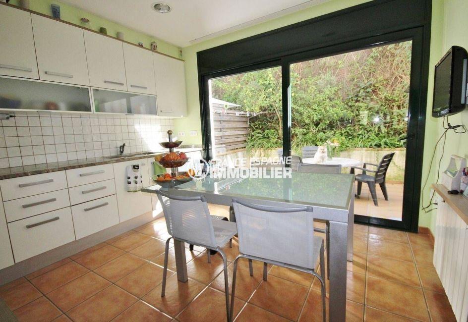vente maison costa brava, village atypique, accès terrasse extérieure depuis la cuisine