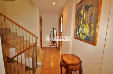 achat maison espagne costa brava, villa 278 m², couloir qui donne accès aux autres pièces