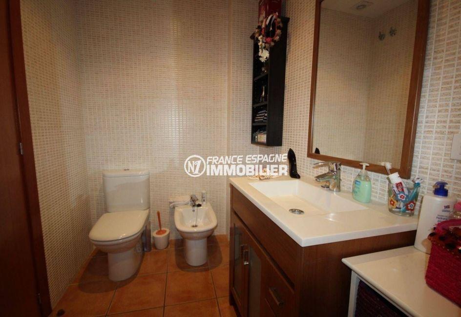 costa brava house: villa 278 m², salle d'eau 1: meuble vasque avec rangements, bidet et wc