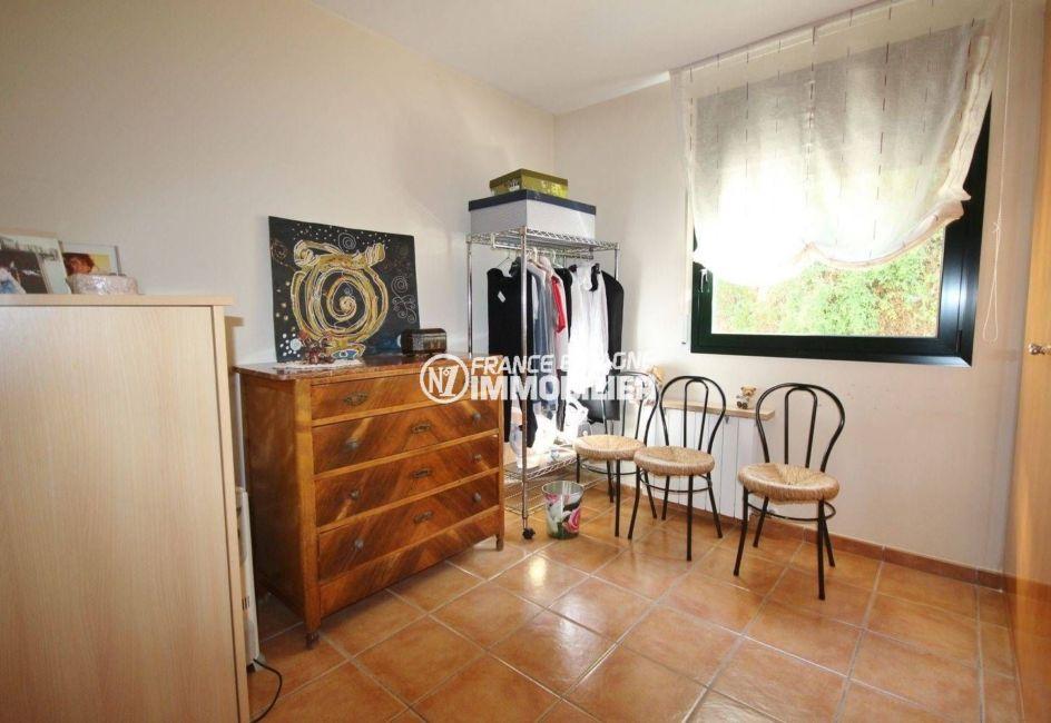maison a vendre espagne catalogne, village peralada, chambre aménagée en dressing