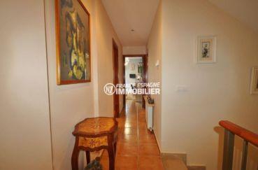 costabrava immo: villa de 278 m², couloir qui dessert les autres pièces