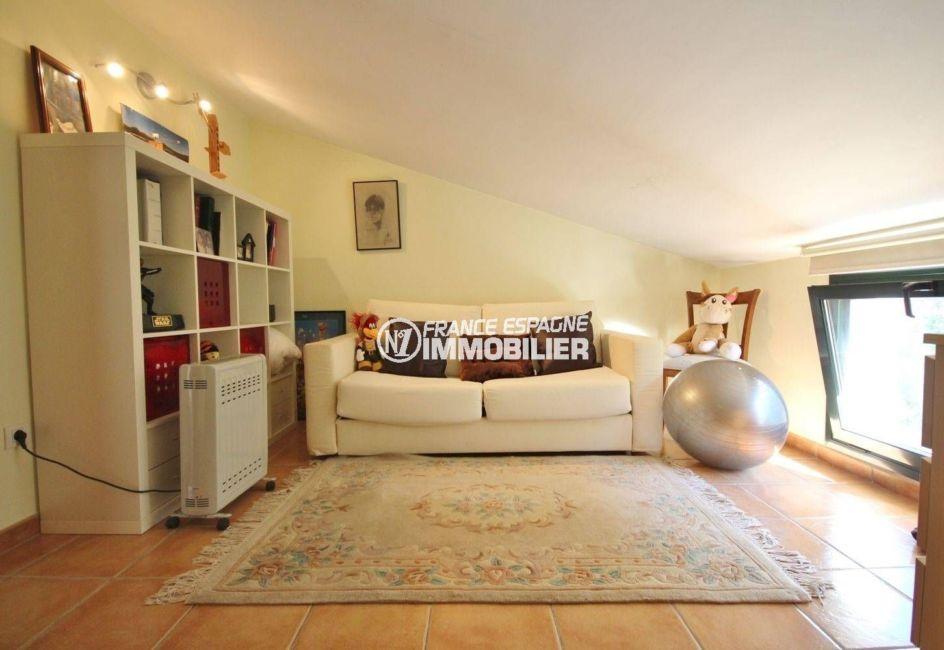 achat villa costa brava, construction récente, troisième chambre avec espace détente