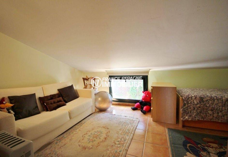 maison à vendre en espagne costa brava, centre-ville, troisième chambre avec lit simple et canapé