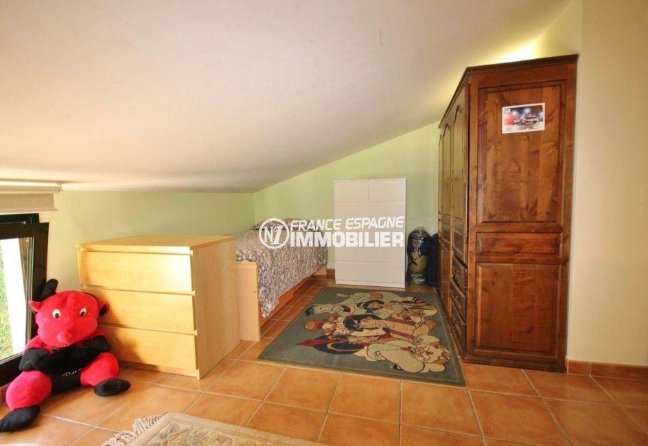 vente villa costa brava, centre-ville troisième chambre espace nuit lit et rangements