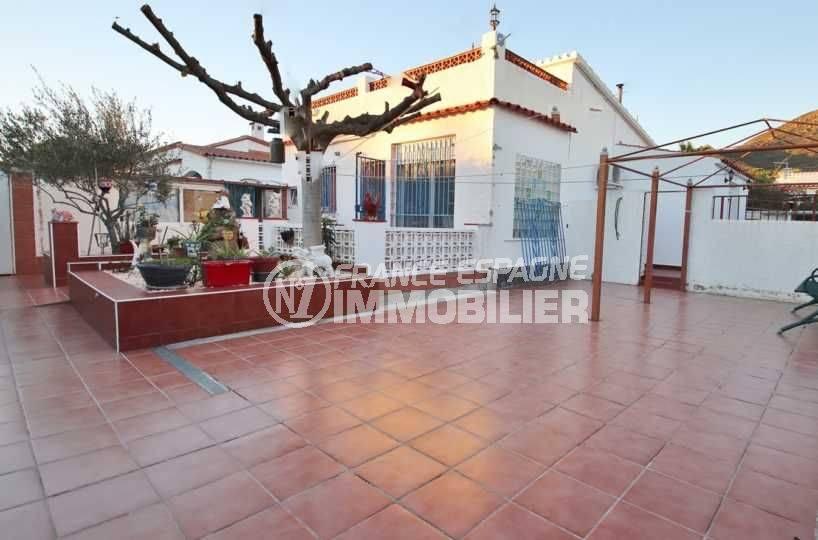 Mas Bosca Roses Villa plain pied avec garage secteur résidentiel vue façade maison