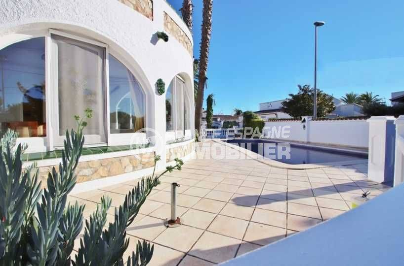 agence immobiliere empuriabrava: villa ref.3566, vue sur la piscine depuis la terrasse