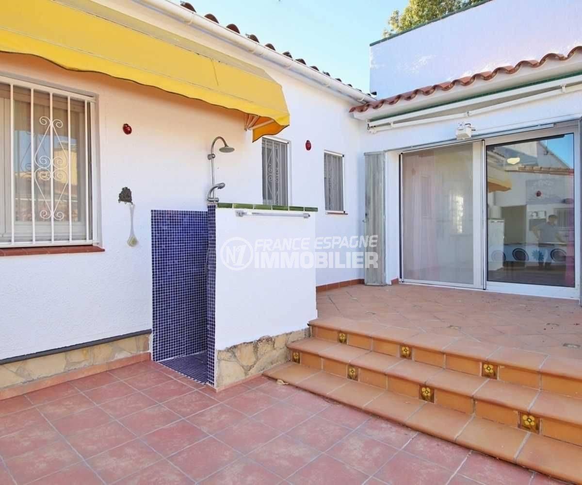 achat villa empuriabrava, ref.3566, douche extérieure sur la terrasse