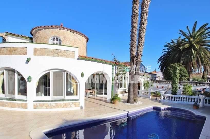 acheter maison empuriabrava, ref.3566, vue sur la façade et la piscine