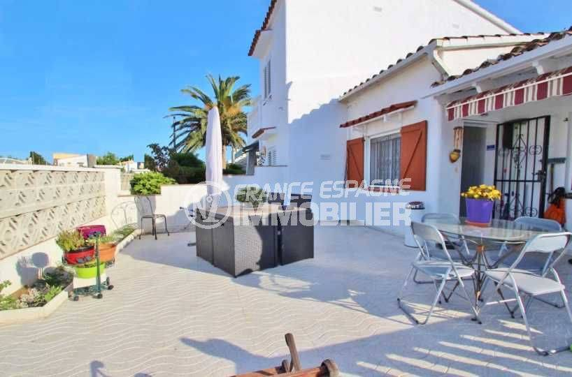 Castellonou villa vue terrasse devant maison
