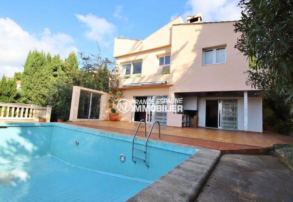façade villa secteur résidentiel Els Grecs Roses avec sa terrasse vue mer et piscine