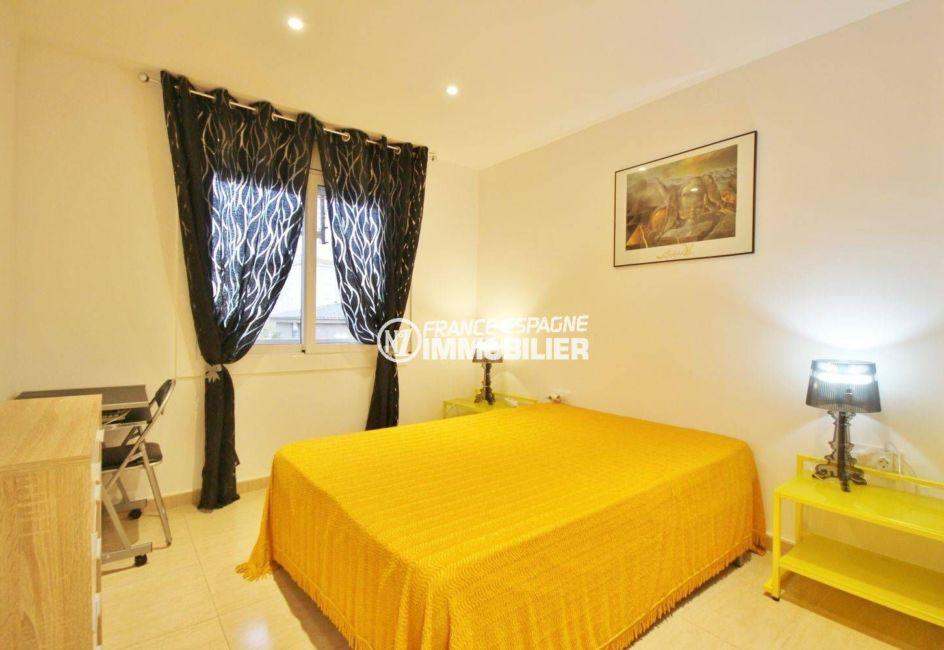 roses espagne: appartement 57 m², première chambre lumineuse avec lit double et rangements