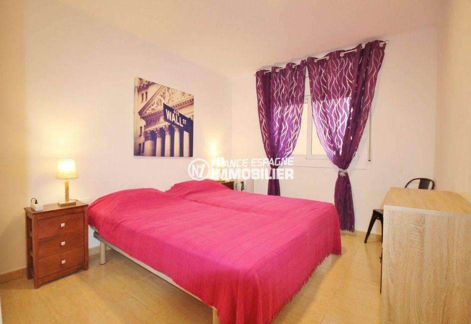 agence immobiliere roses: appartement 57 m², deuxième chambre avec lit double et rangements
