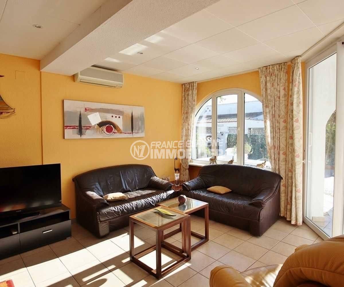 agences immobilieres empuriabrava: villa ref.3566, salon lumineux avec des rangements