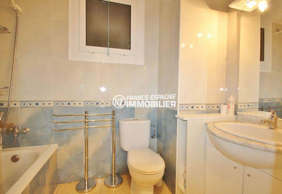 agence immobilière roses: appartement 57 m², salle de bains avec baignoire, vasque et wc