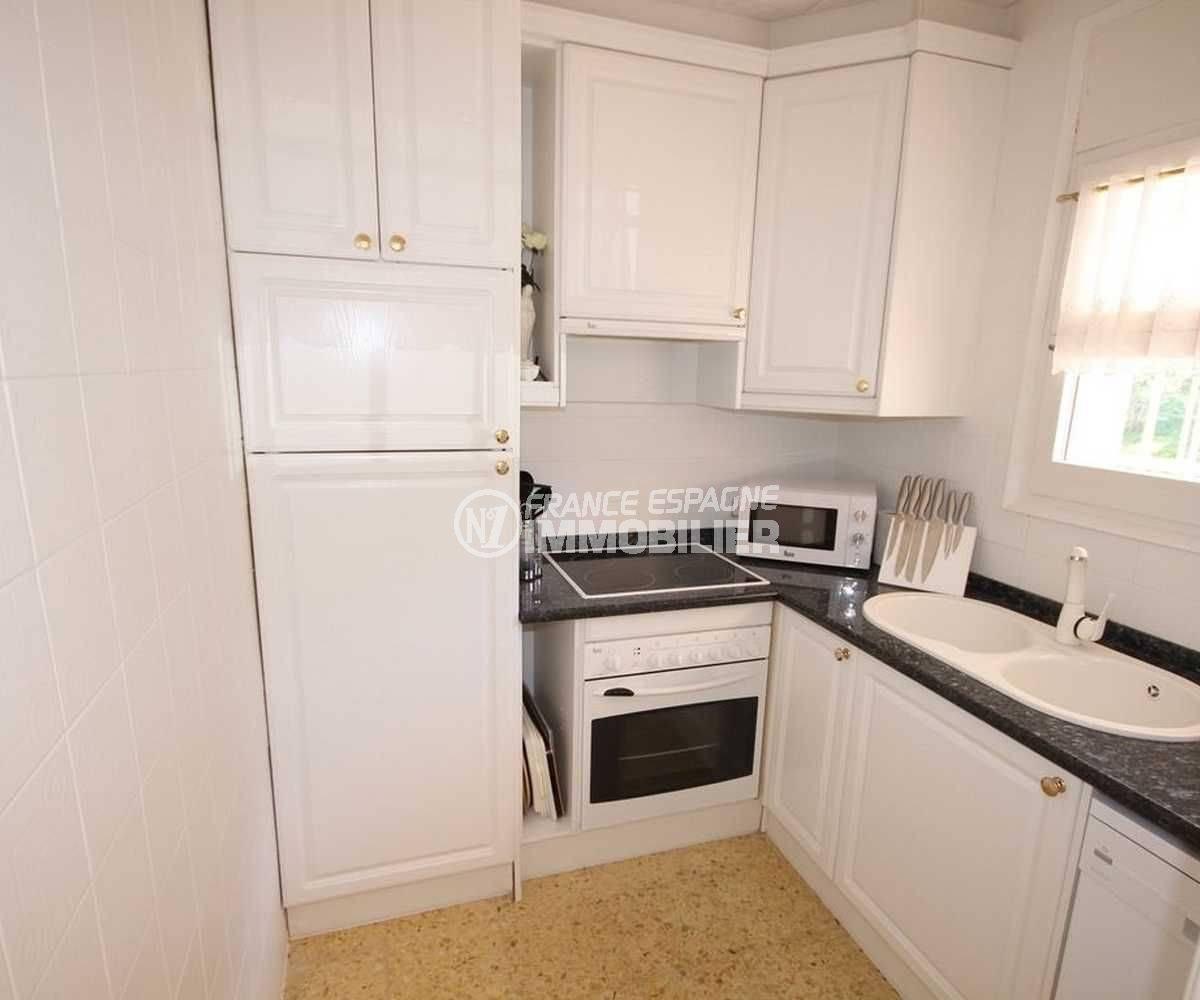 roses espagne: appartement ref.3102, cuisine indépendante aménagée avec rangements