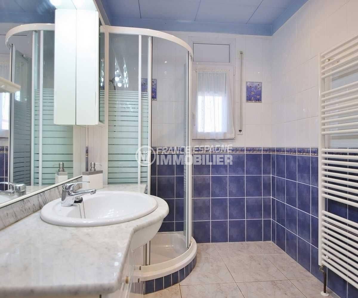 vente maison costa brava, ref.3566, salle d'eau: cabine de douche, vasque