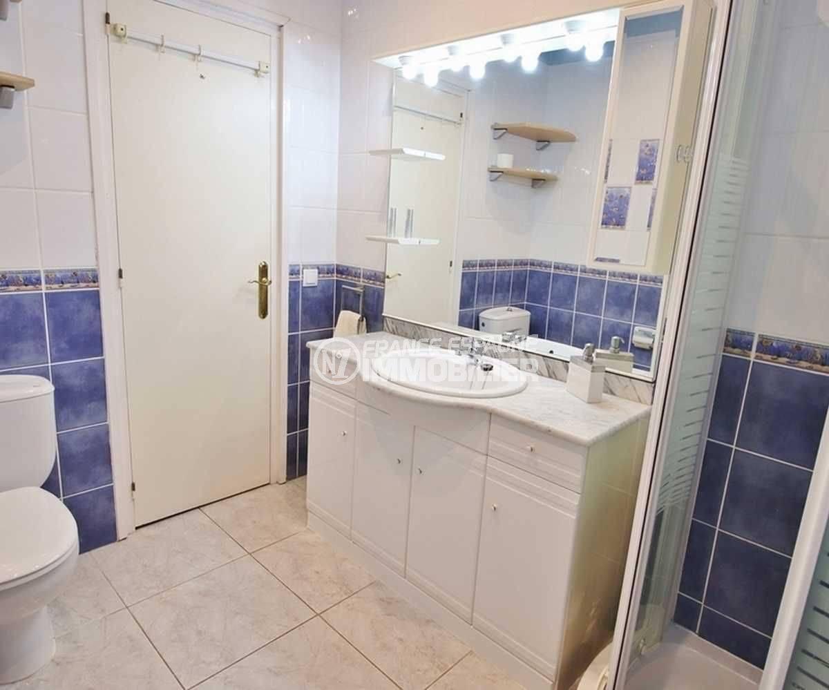 empuriabrava immobilier vente: villa ref.3566, salle d'eau: cabine de douche, vasque, wc