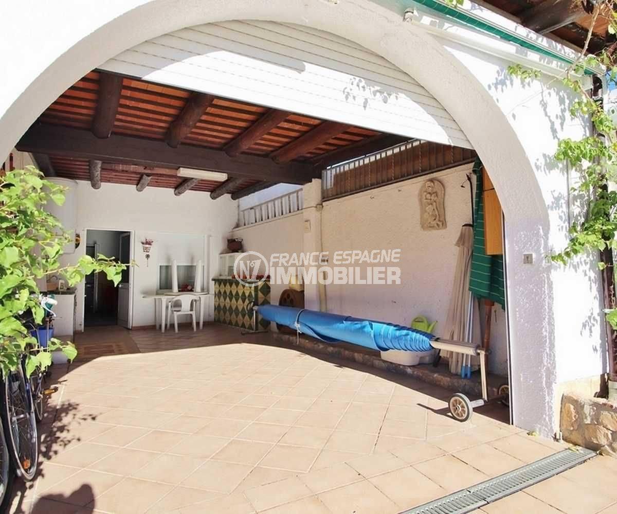 immobilier a empuriabrava: villa ref.3566, vue sur la terrasse couverte avec volet