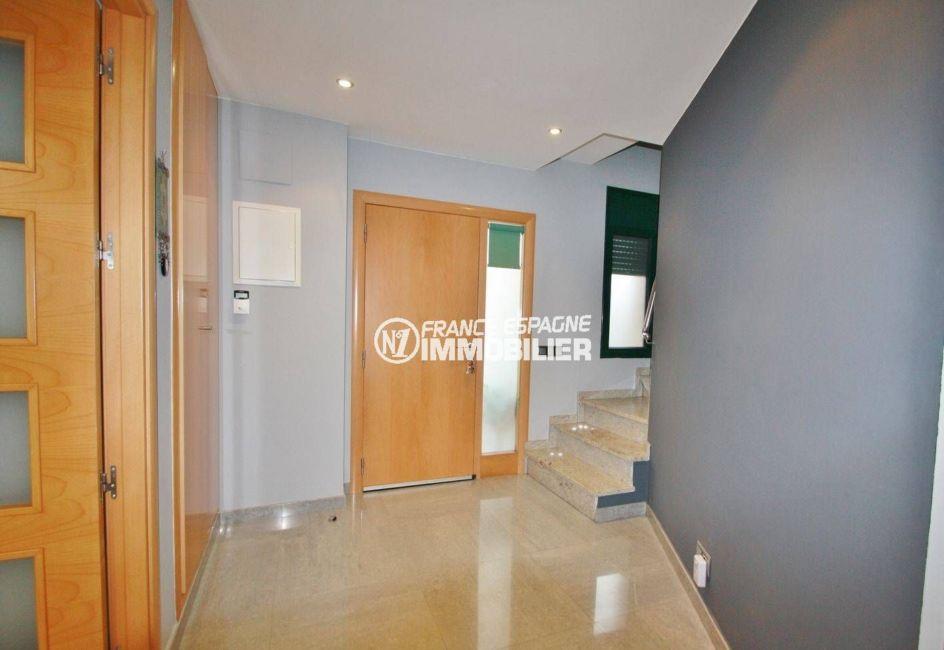 la costa brava: villa ref.3582, porte d'entrée ainsi que le hall avec des placards