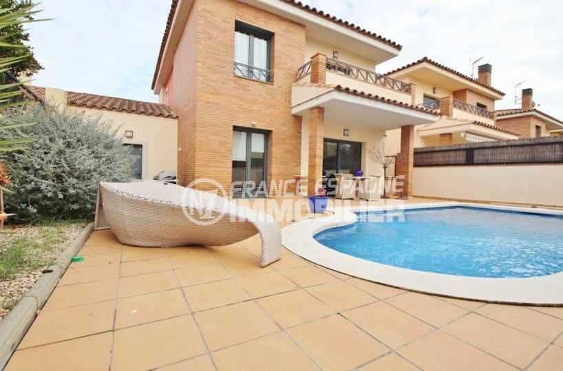 Empuriabrava villa récente avec piscine et garage