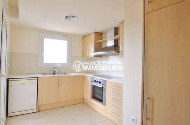 achat appartement empuriabrava, duplex 146 m², cuisine équipée avec des rangements