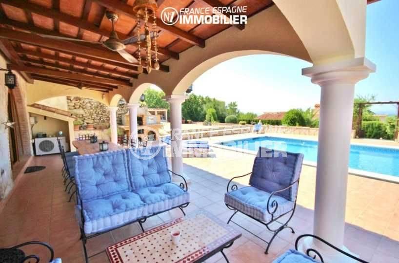 agence immobiliere costa brava espagne: villa à pau, terrasse coin repas et détente près de la piscine
