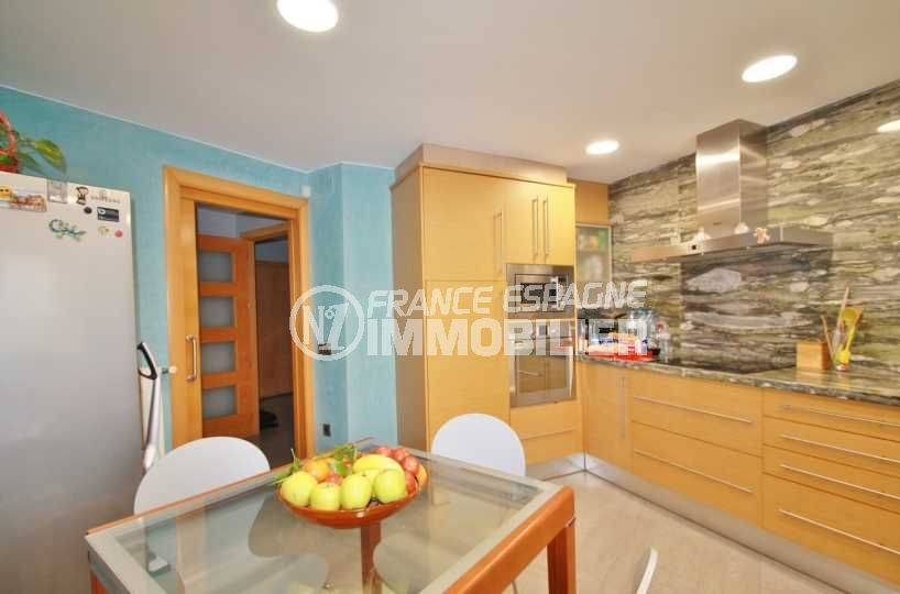 vente maison costa brava, ref.3582, cuisine américaine avec des rangements et coin repas