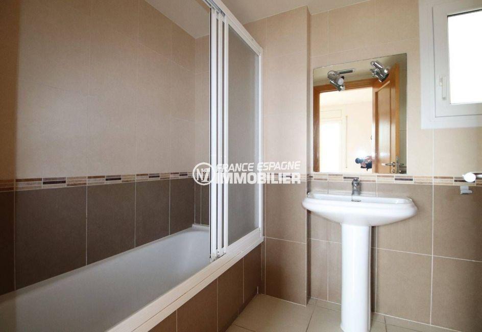 appartement à vendre à empuriabrava, piscine, salle de bains avec baignoire et lavabo