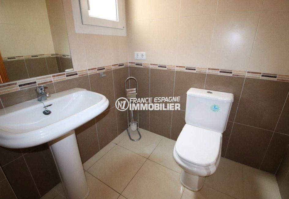 agence empuriabrava: appartement duplex, salle de bains avec baignoire, lavabo et wc