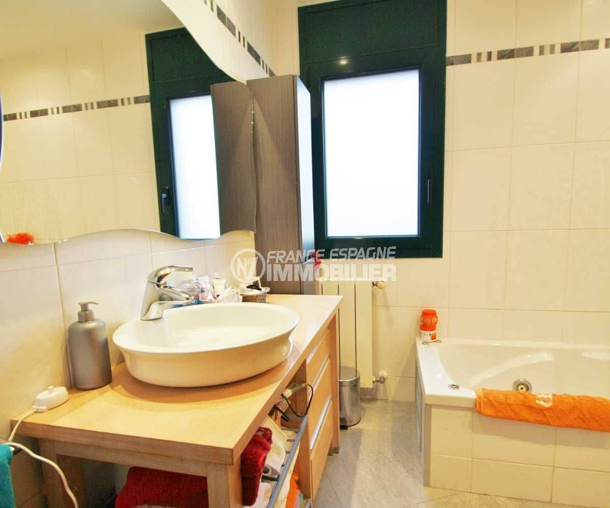 costa brava immobilier: villa ref.3582, salle de bains avec baignoire et vasque