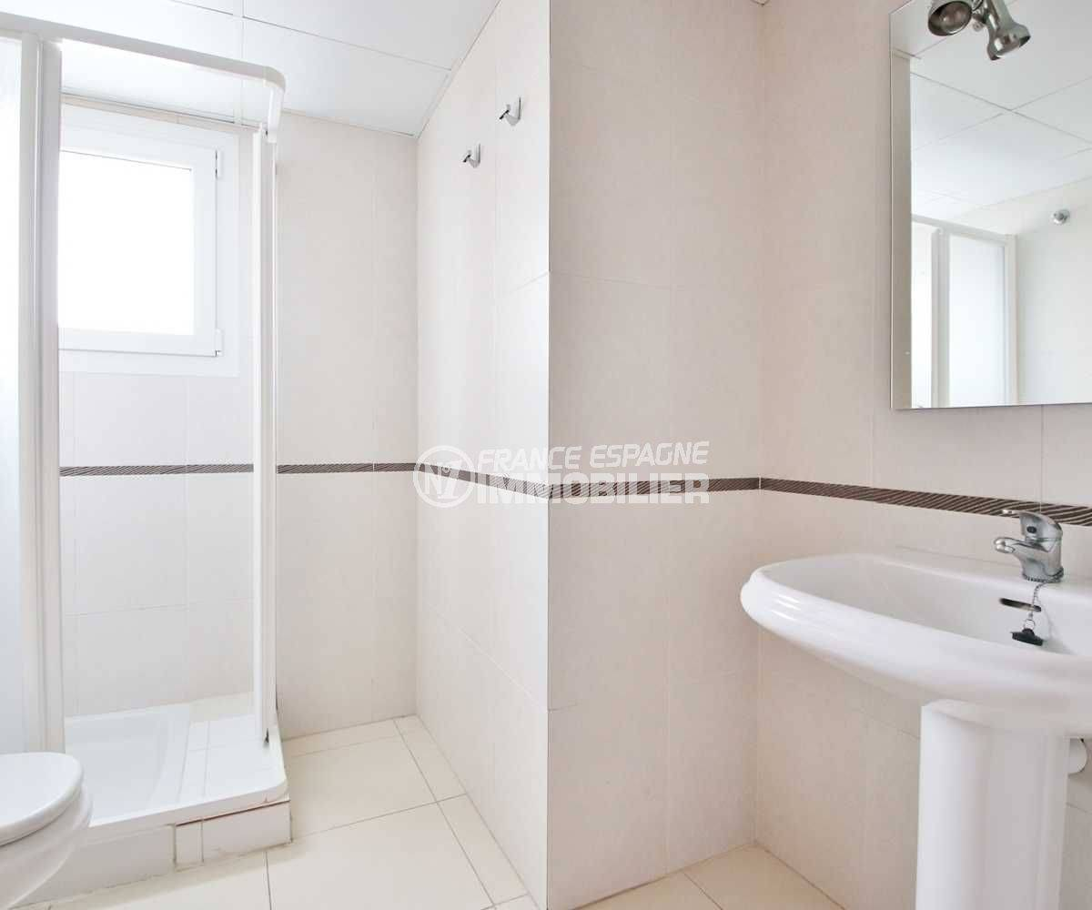 agences immobilieres empuriabrava: appartement 146 m², deuxième salle d'eau avec douche, lavabo et wc