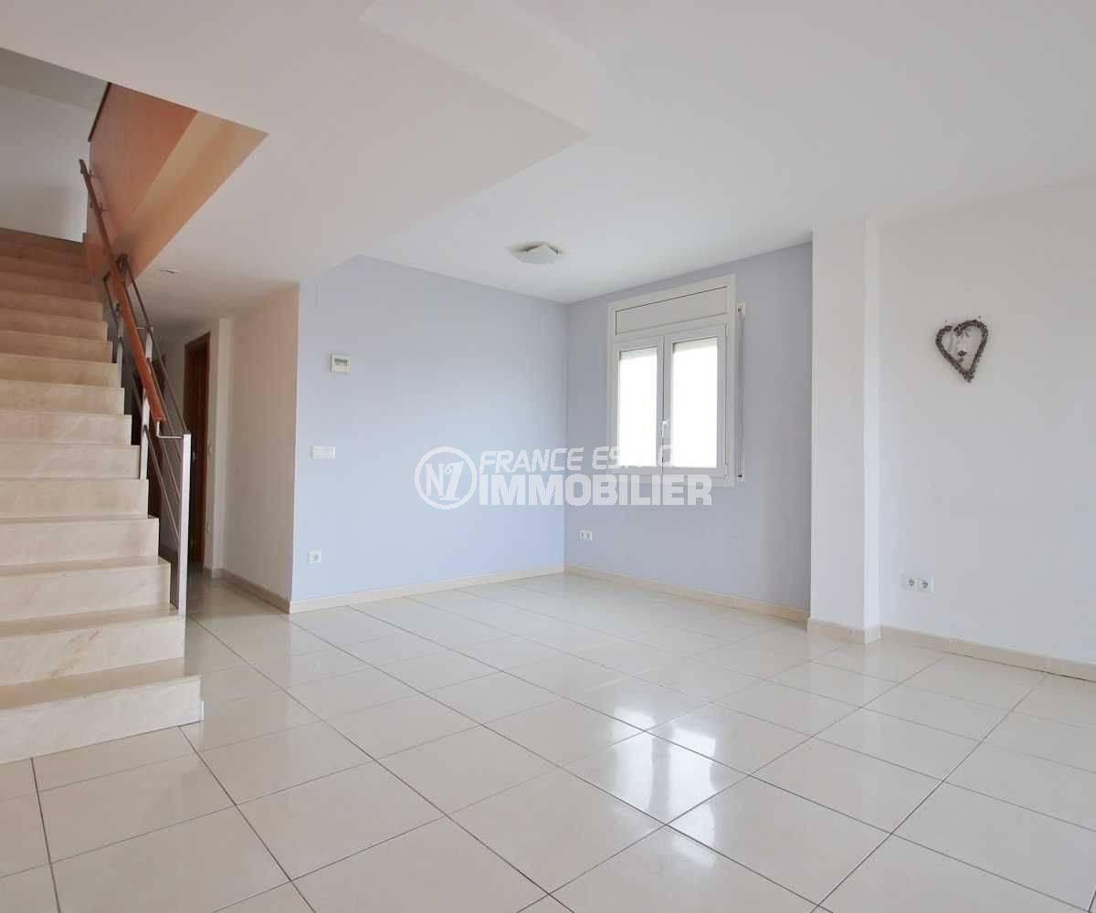 appartement empuriabrava à vendre, duplex atico, salon / séjour avec accès aux escaliers