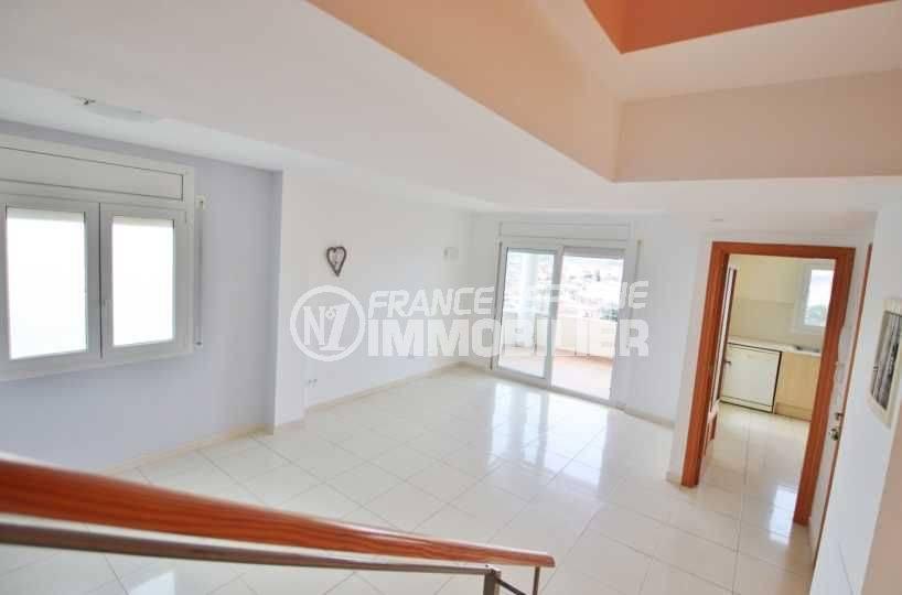immobilier costa brava: appartement duplex 146 m², vue sur le salon / séjour depuis les escaliers