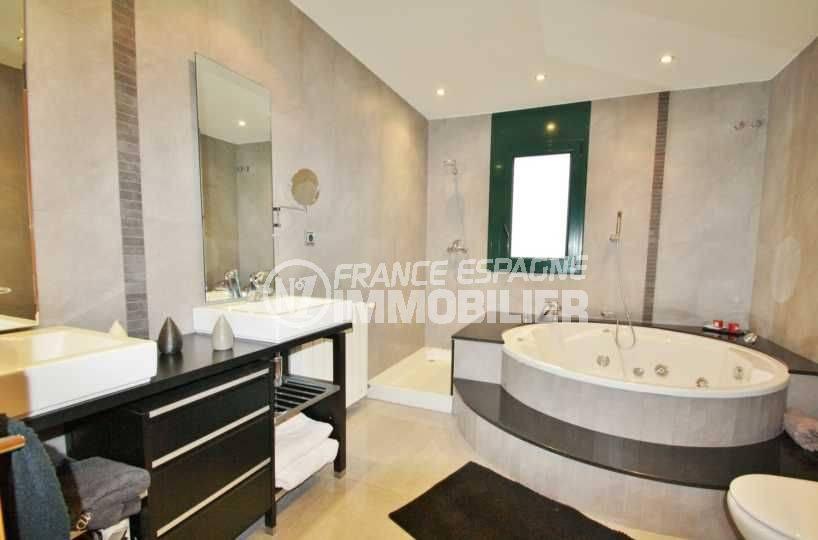costa brava house: ref.3582, salle de bains avec baignoire + douche, double vasque et wc