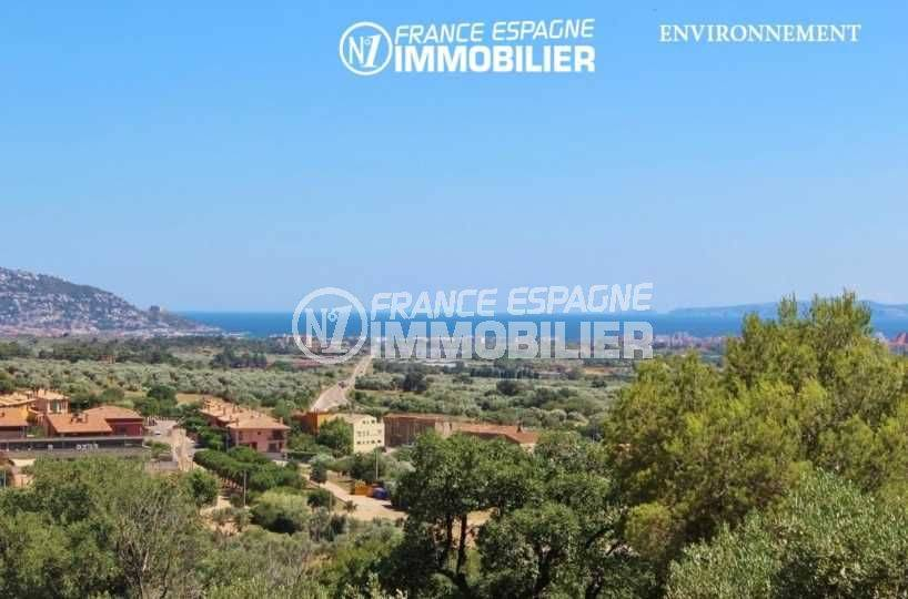 vente immobilière costa brava: villa à pau, vue au loin du château de la trinité et de la mer