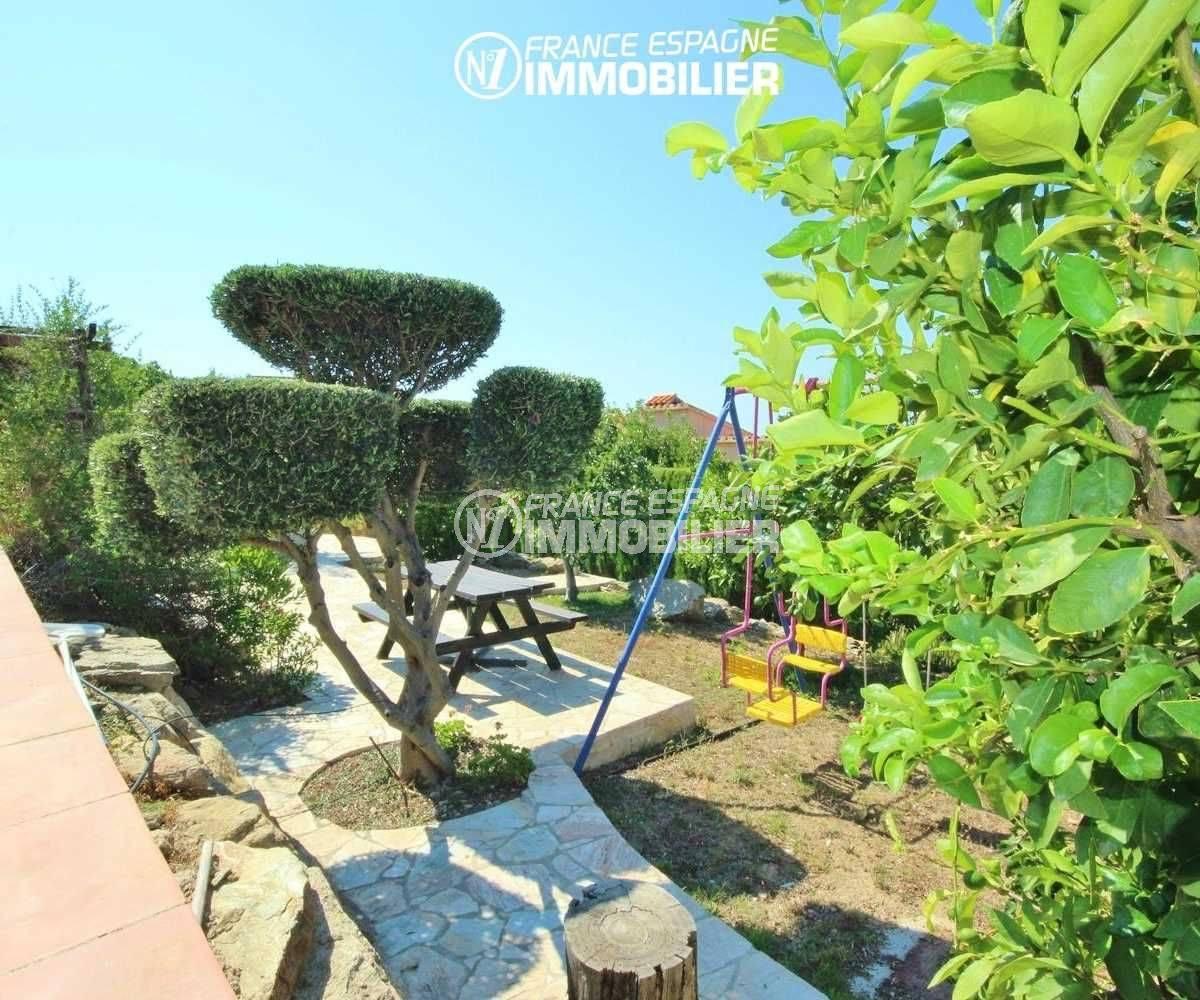 maison a vendre espagne catalogne, piscine, jardin avec balançoire et table en bois
