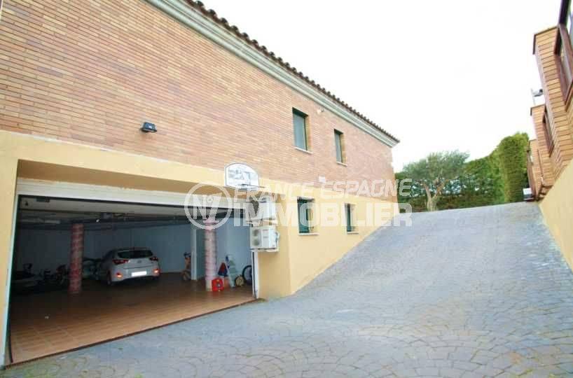 costabrava immo: villa ref.3582, allée qui dessert le grand garage de 124 m²