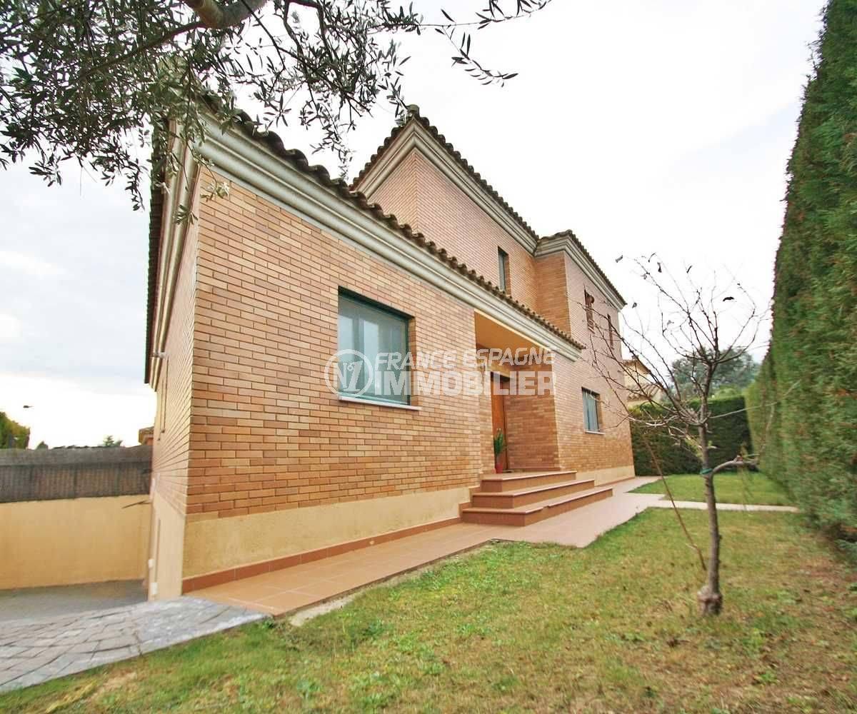 maison costa brava, ref.3582, vue sur la façade récente et la porte d'entrée