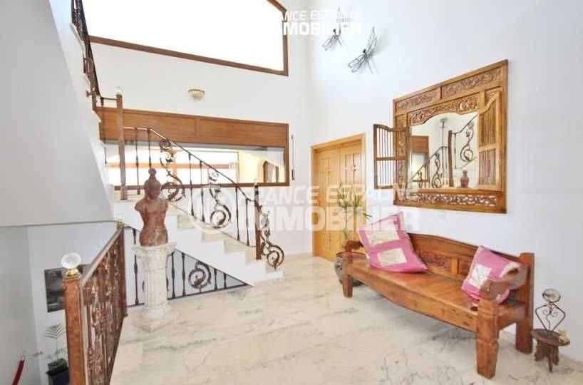 maison à vendre en espagne costa brava, piscine, palier qui dessert les différents étages