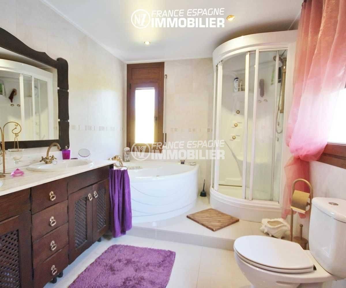 maison a vendre costa brava espagne, piscine, salle de bains: baignoire d'angle, douche, vasque et wc