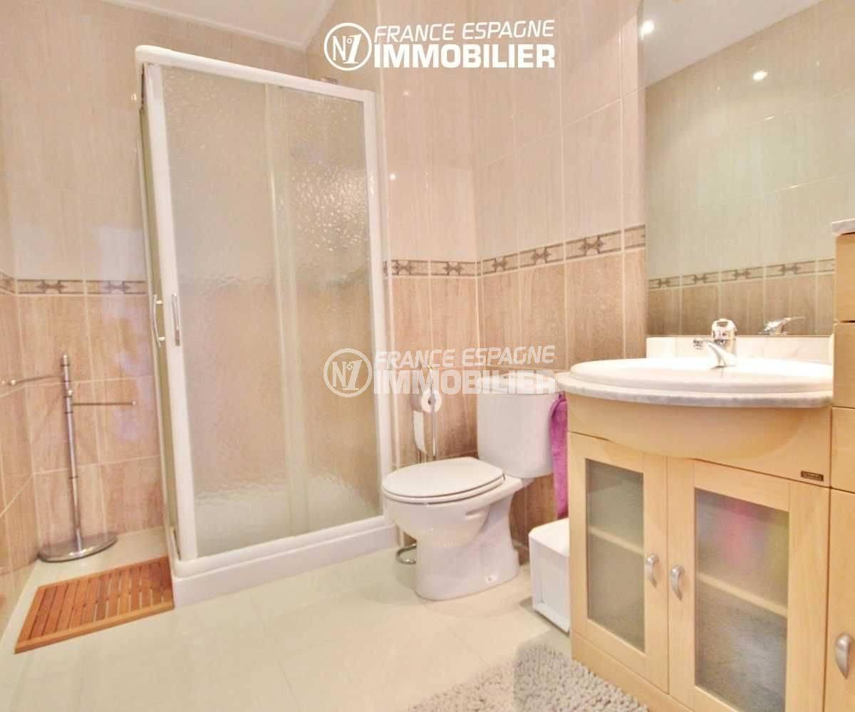 maison espagne costa brava a vendre, piscine, salle d'eau avec douche, meuble vasque et wc
