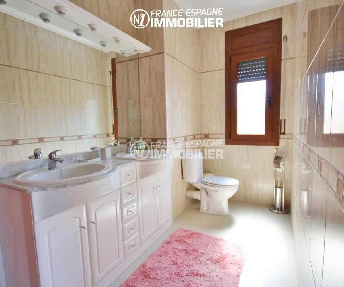 costa brava house: villa 516 m², salle d'eau avec meuble vasque avec rangements et wc