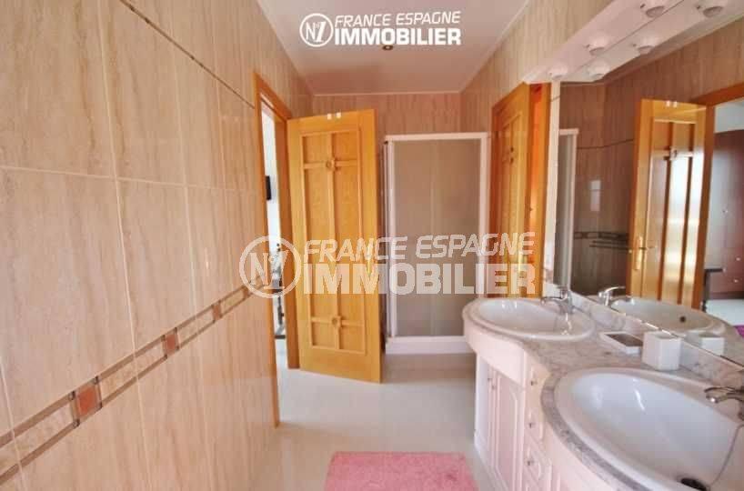 immobilier espagne costa brava vue mer: villa 516 m², salle d'eau avec douche, vasque et wc