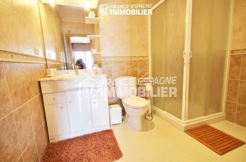 a vendre costa brava: villa 516 m², salle d'eau de la chambre communicante, douche, vasque et wc