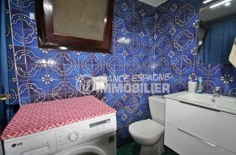 immobilier espagne costa brava: appartement ref.3579, aperçu de la salle de bains, une vasque et un wc