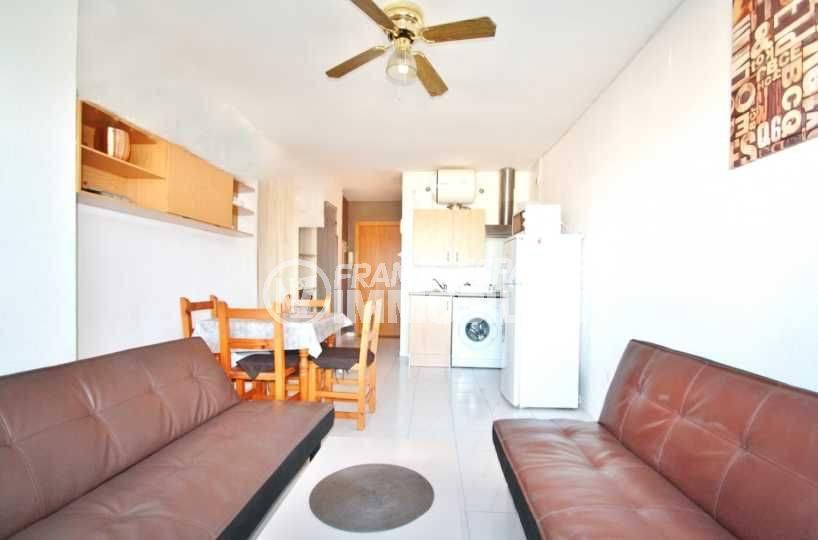 empuriabrava immobilier : studio rénové a 50 m de la plage, la pièce principale