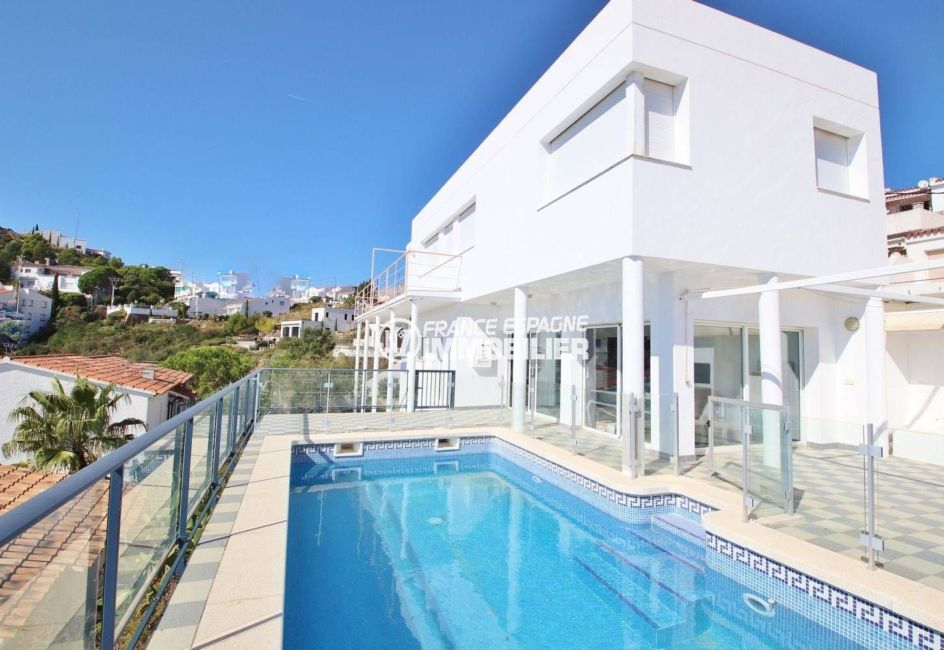 immobilier espagne costa brava: villa 230 m², aperçu de la façade contemporaine avec piscine