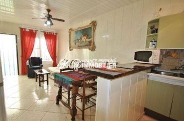 agence immobiliere costa brava: villa vendue meublée, coin cuisine ouverte sur le salon / séjour